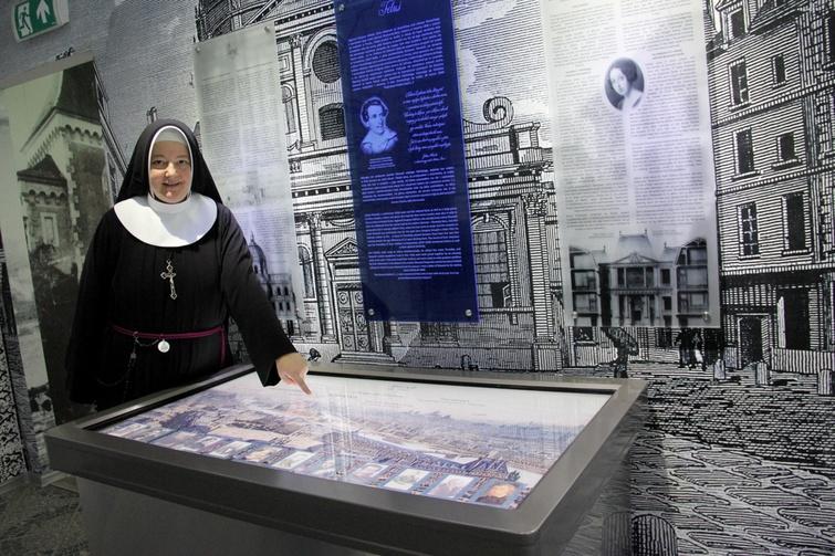 Po muzeum oprowadza jego dyrektorka, s. Magdalena Abramow-Newerly RM.