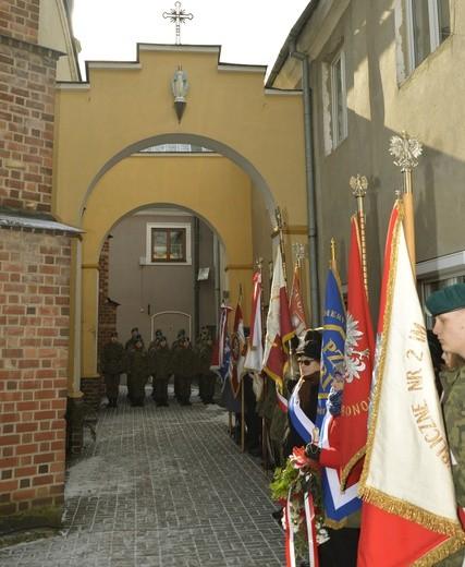 Miejsce pamięci o żołnierzach wyklętych na dziedzińcu kościoła św. Michała Archanioła w Płońsku