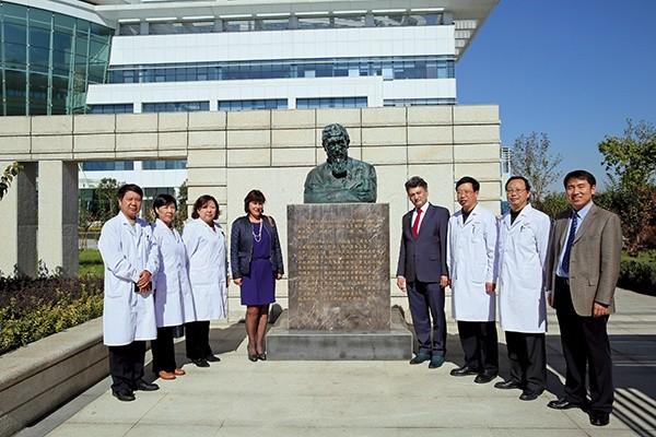 Pomnik ks.Wacława Szuniewicza (1891–1963) przed szpitalem okulistycznym wXingtai (Chiny). Obok pomnika stoją prof.Edward Wylęgała zżoną Bogusławą oraz dyrekcja szpitala