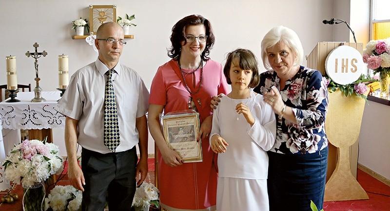 19d11c1773 Kasia z rodzicami i panią katechetką po przyjęciu Pierwszej Komunii Świętej.