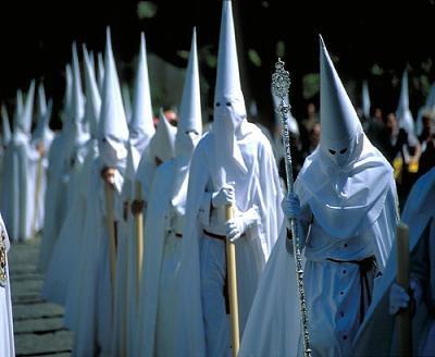 Tysiące zakapturzonych postaci na ulicach hiszpańskich miast. Kim są nazarenos?
