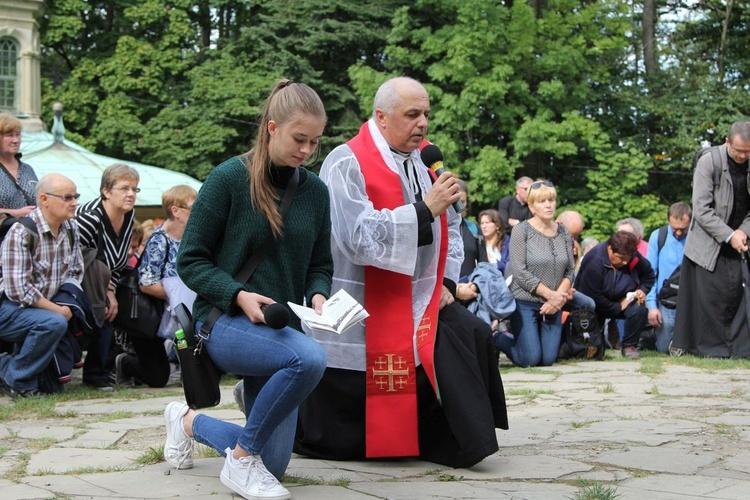 Ania Ewertowska i ks. Jan Waluś z Międzyrzecza Górnego poprowadzili poruszające rozważania Drogi Krzyżowej.